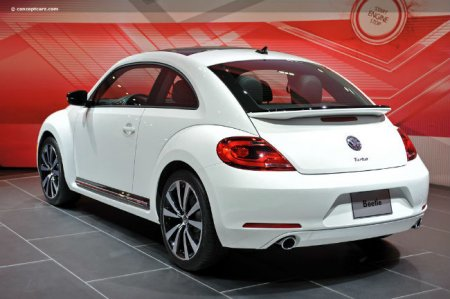 Задний вид Volkswagen Beetle 2012 года
