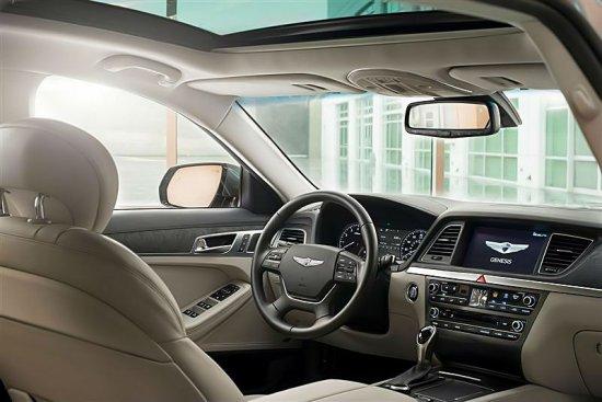 Передние места в Hyundai Genesis 2015
