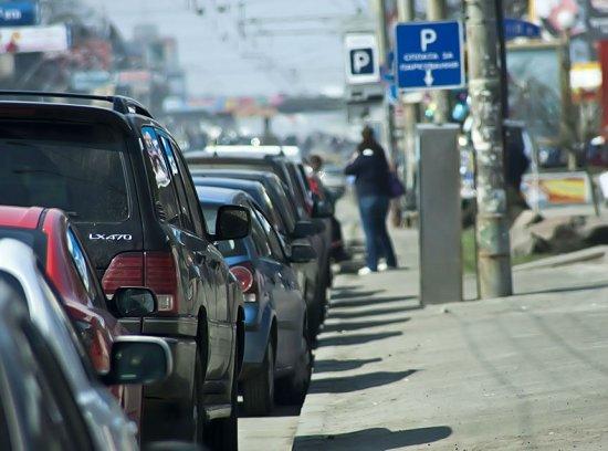 Платные парковки распространят по всей России