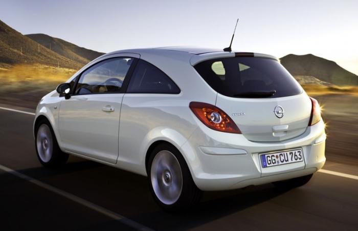 Белый Opel Corsa D